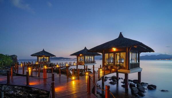 Nha Trang có nhiều resort, khách sạn từ giá rẻ cho tới cao cấp giúp bạn chọn lựa phù hợp